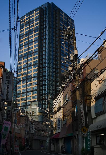 Looking east at Shinjuku Square Tower, Nishi-Shinjuku. Seth Rosenblatt (c) 2005